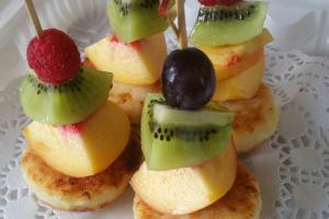 Мини-сырники с фруктами или ягодами на шпажках
