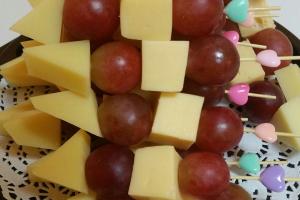 Ассорти из сыров с виноградом на шпажках (пармезан, маздам)