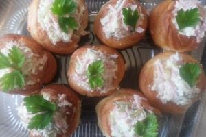 Профитроли с салатом из ветчины, сыра и тонкого омлета