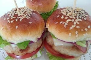 Мини-бургер с куриной котлетой, беконом, помидором и сыром