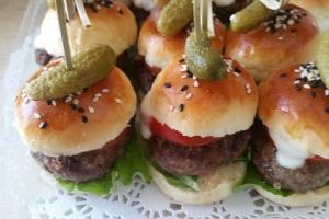 Мини-бургер с котлетой из телятины запеченной с помидором и моцареллой.