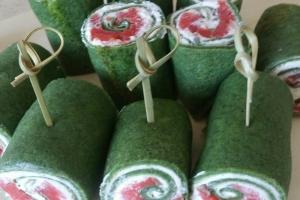 Рулетики из шпинатных блинчиков со сливочным сыром и малосольной неркой