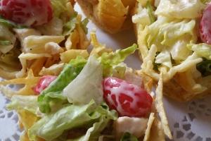 Корзинка из пармезана с салатом из курицы, ананаса и черри