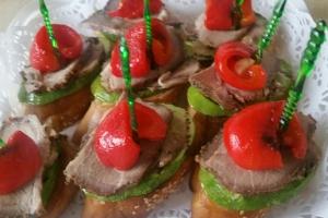 Мини-бутерброд с обжаренным кабачком,болгарским перцем и бужениной