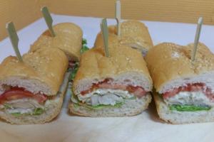 Сэндвич в багете с начинкой из обжаренной белой рыбы с соусом тартар и овощами