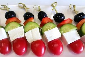 Свежие овощи с брынзой по-гречески (огурец, черри, болгарский перец,)