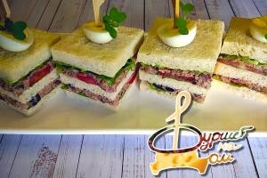 Мини-сэндвич с тунцом, помидором и перепелиным яйцом
