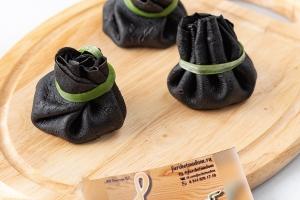 Черные блинчики с чернилами каракатицы с начинкой из тигровой креветки с овощами