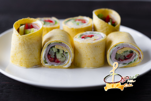 Рулетики в лепешке тортилья с ветчиной, салатом, сельдереем, сладким перцем и сыром