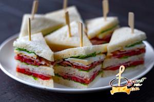 Мини-сэндвич с беконом, яйцом и овощами