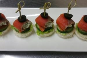 С м/с неркой и творожным сыром на пшеничном тосте с огурцом, салатом и зеленью