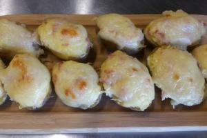 Половинки картофеля запеченые с ветчиной и моцареллой