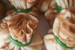 Блинчики с начинкой из кальмара с креветками в сливочном соусе
