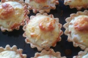 Песочная тарталетка, запеченная со шпинатом, курицей, помидором и сыром