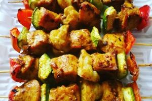 Шашлычки из куриного филе с овощами и карри