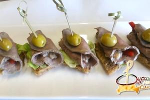 С отварной телятиной, сладким перцем и соусом вителло тоннато на злаковом хлебе