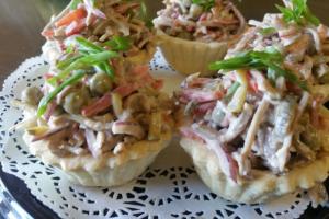 Тарталетка с пикантным салатом из языка