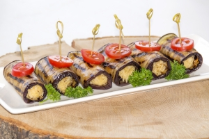 Рулетики из баклажан с орехово-сырной начинкой