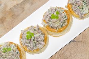 Волованы с салатом из телятины и шампиньонов