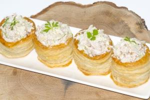 Волованы с салатом из курицы и сельдерея с яблоком и орехами