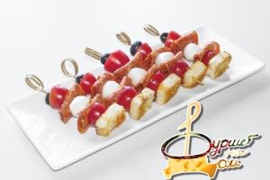 Шарик моцареллы, салями, черри, маслина и чесночный крутон