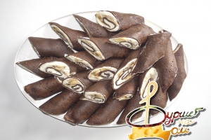 Рулетики из шоколадных блинчиков с творожным сыром и бананом