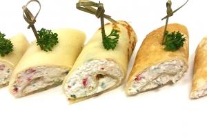 Рулетики из блинчиков фаршированные крабовым мясом и творожным сыром
