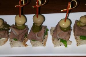 С языком, маринованным шампиньоном и корнишоном на зерновом хлебе с пикантным соусом