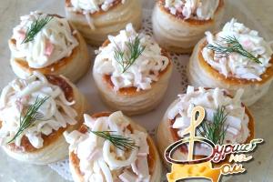 Волованы с салатом из кальмара с крабовыми палочками и яйцом