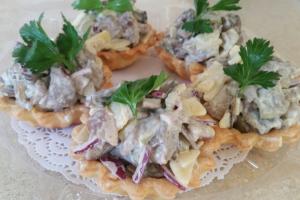 Тарталетка с салатом из телячьей печени с белыми грибами и картофелем