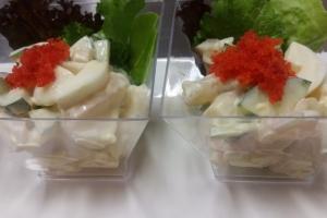 Салат из тигровой креветки с гребешком и икрой масаго