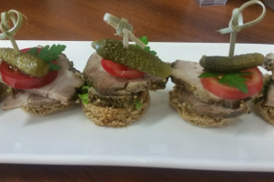 С домашней бужениной, корнишоном, черри, салатом на ржано-пшеничном тосте