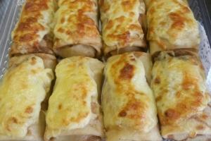 Блинчики фаршированные куриным филе с шампиньонами с соусом бешамель