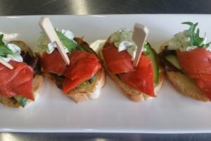 Мини-бутерброд с лососем х/к на багете с творожным сыром и огурцом