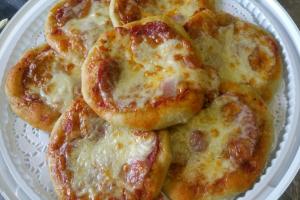 Мини-пиццы с салями и моцареллой