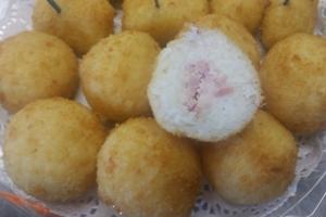 Рисовые шарики фаршированные ветчиной и сыром, в сухарях, жареные во фритюре