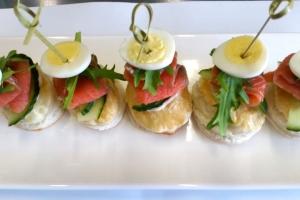 С кетой х/к , огурцом и половинкой перепелиного яйца на слоеном тесте