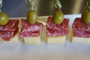 Сыр с салями и оливкой на шпажке