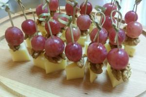 Канапе из сыра с грецким орехом и виноградом