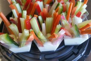 Овощные брусочки с сырным соусом в стаканчиках